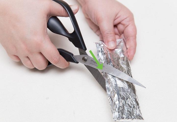 Фольгой можно быстро и просто заточить ножницы