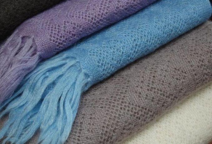 Пуховой платок - такой же нежный и хрупкий, как и его владелица