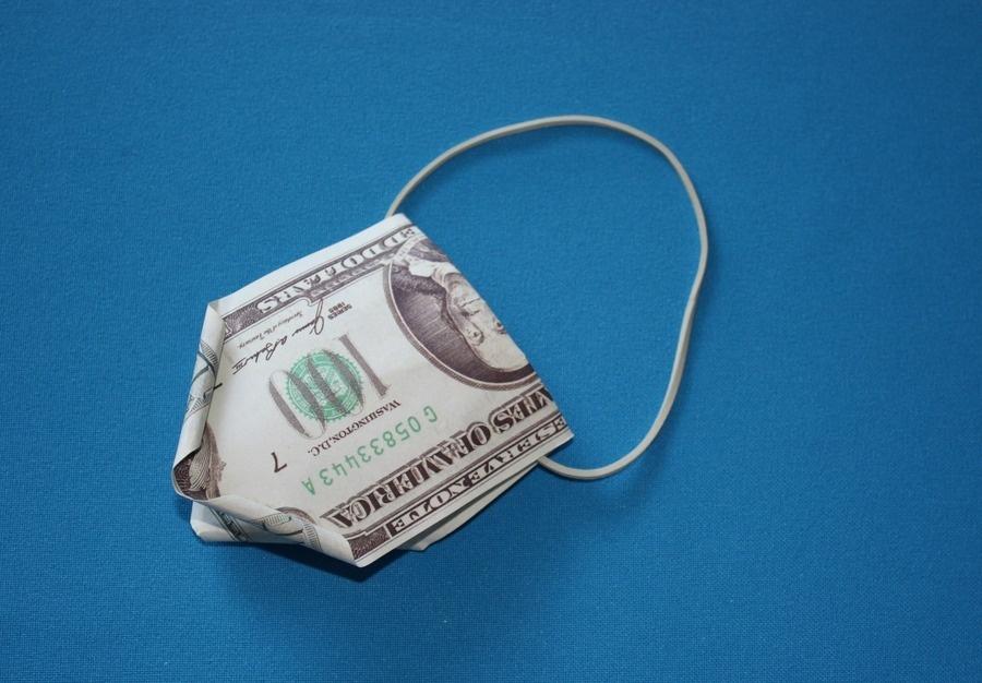 Так располагается резинка в процессе создания денежного подарка