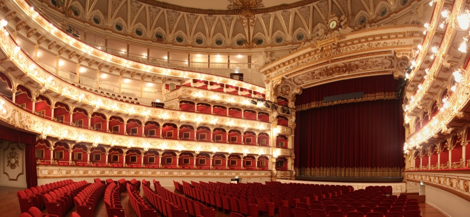 Театр петруццелли в бари, апулия, италия
