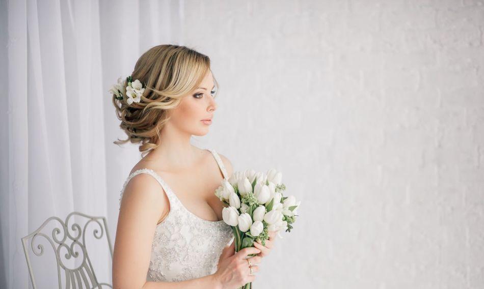 Живые цветы в волосах у невесты