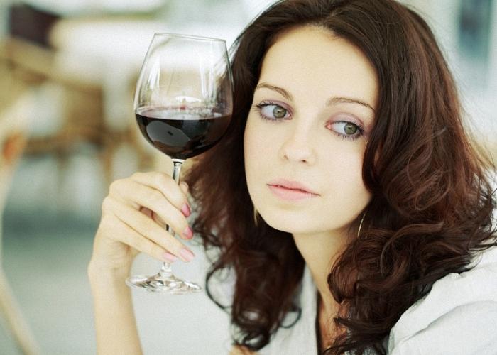 Выпитый алкоголь влияет на качество молока у кормящих мам