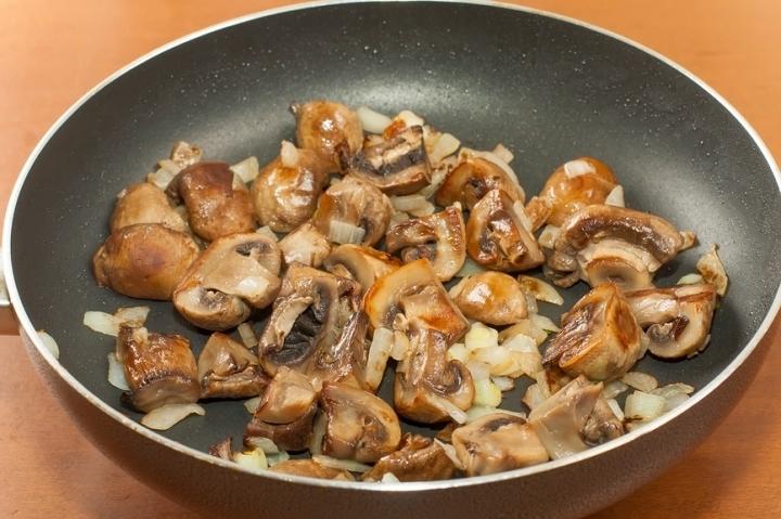 Вареные грибы далее можно жарить