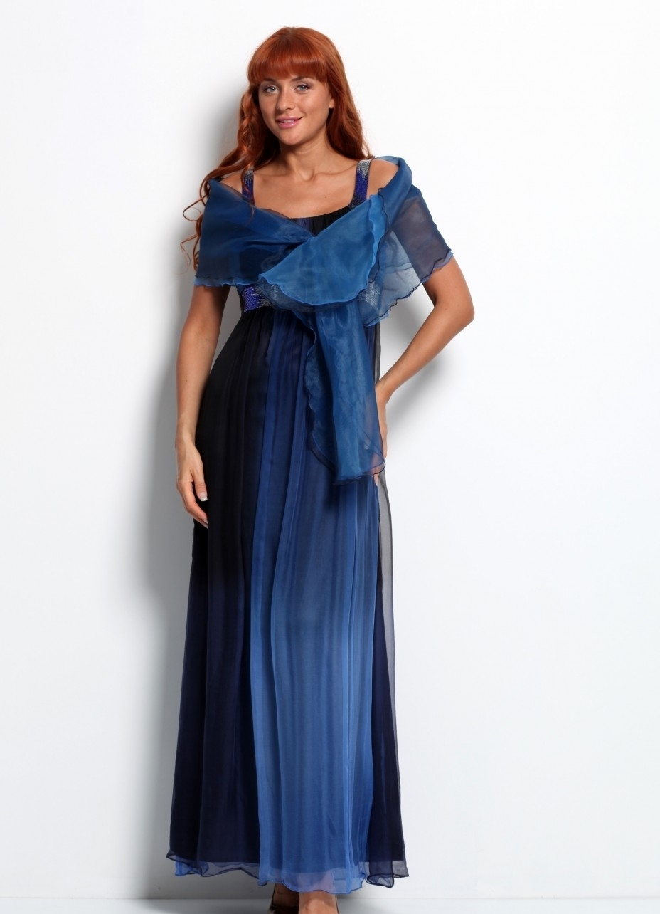 Красиво накинутый на платье платок