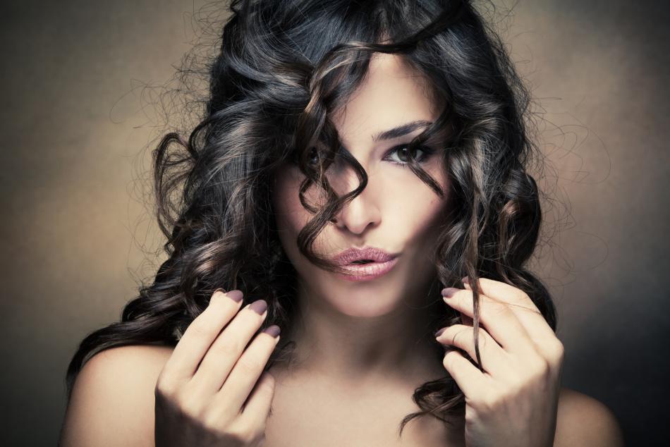 Девушка с увлажненными мягкими волосами