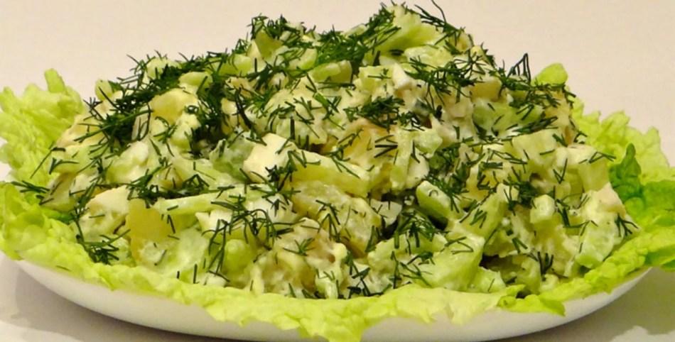Салат из сельдерея, свежих огурцов и вареного яйца