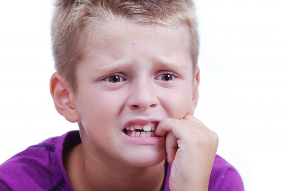 Школьник грызет ногти