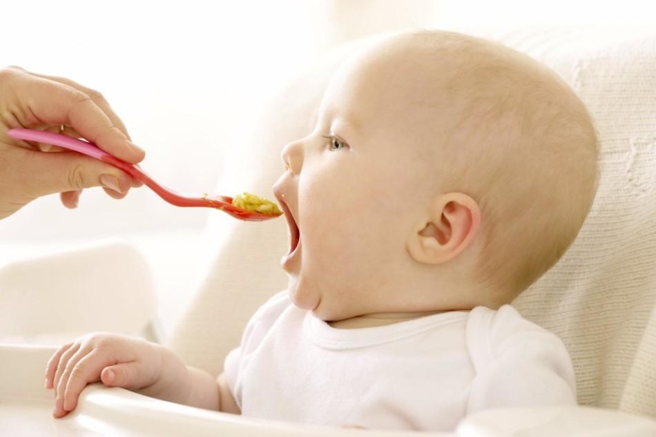 Прикорм крохе - искусственнику вводится так же, как и грудничку, только немного раньше.