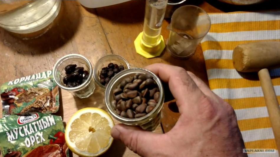 Для приготовления настойки для лечения миомы нужно использовать неочищенные кедровые орехи