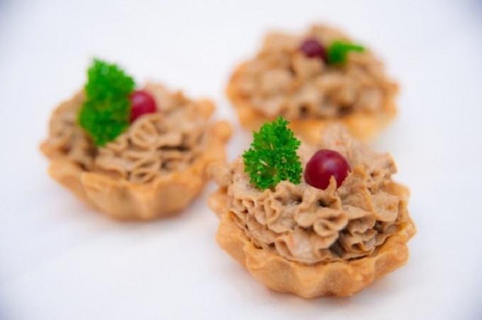 Закуски на скорую руку к коньяку: тарталетка с паштетом