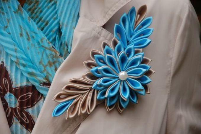 ukrashenie-pidzhaka-cvetkom-iz-lent-v-tehnike-kanzashi Платье и одежда с вышивкой гладью, лентой, крестиком и бисером. Вышитые своими руками вечерние и свадебные платья
