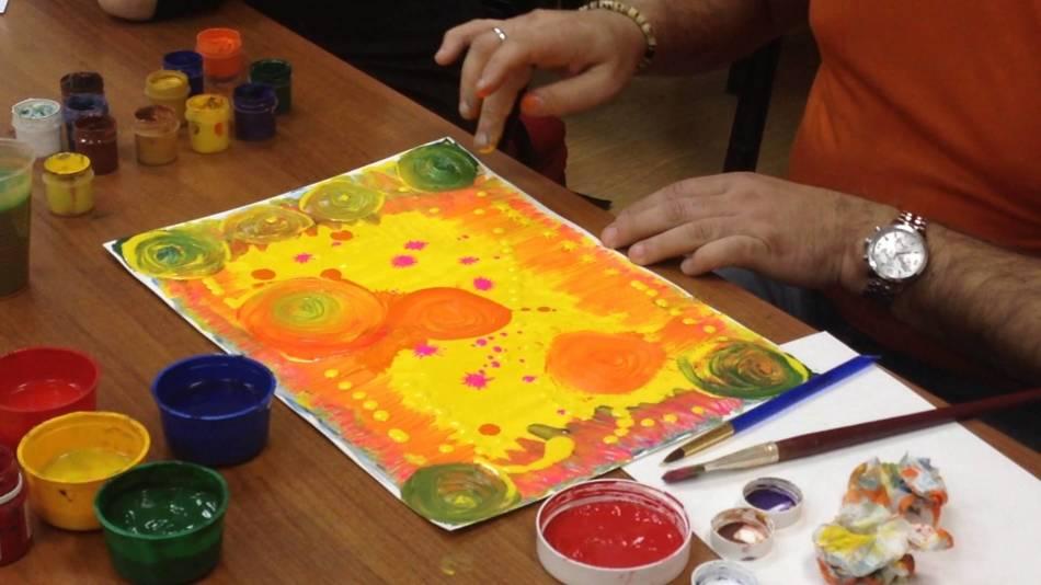 Рисование разноцветными красками пальцами как метод снятия стресса
