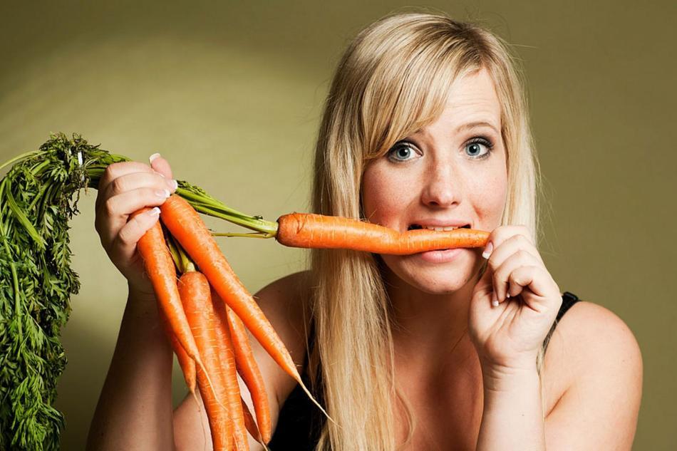 Девушка с морковью