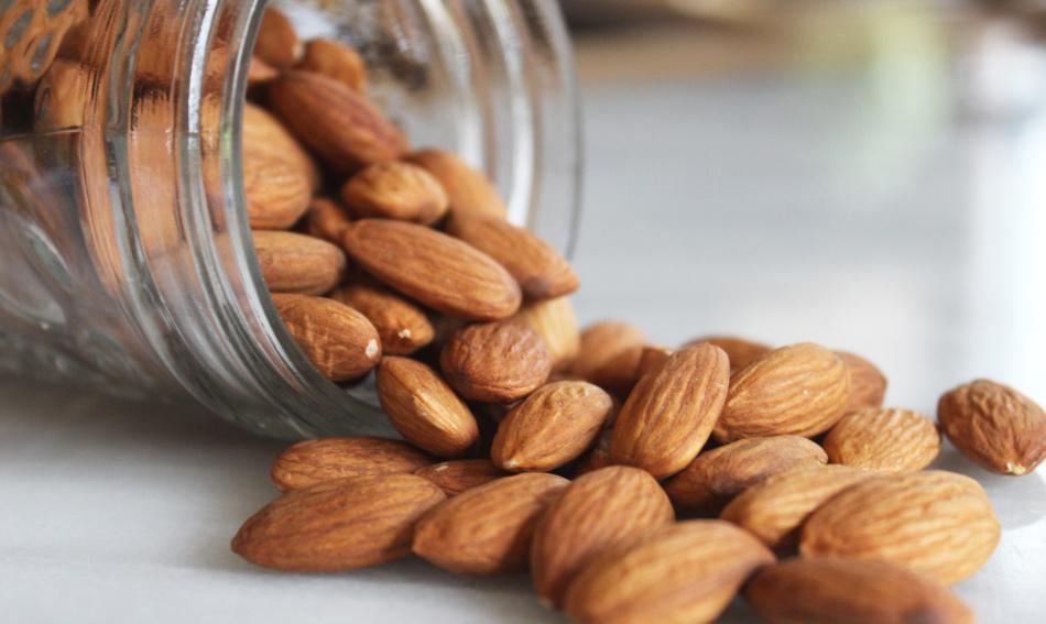 Калорийность миндаля немногим меньше калорийности грецких орехов