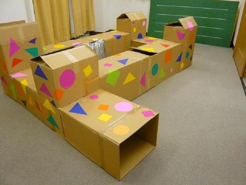 labirint-iz-kartonnih-yashikov Домик и мебель для кукол своими руками из картона: схема, выкройка, фото. Как сделать кровать, диван, шкаф, стол, стулья, кресло, кухню, холодильник, плиту, коляску для кукол из картона своими руками
