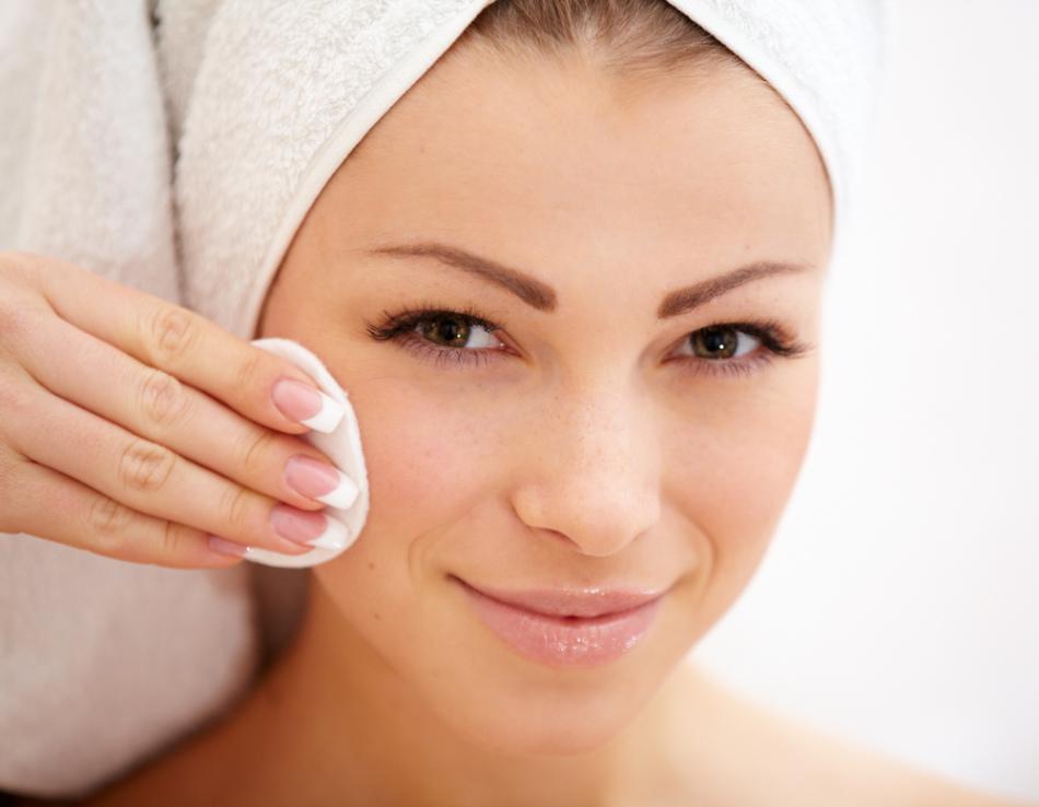 С маслом чистотела можно осуществлять уход за лицом.
