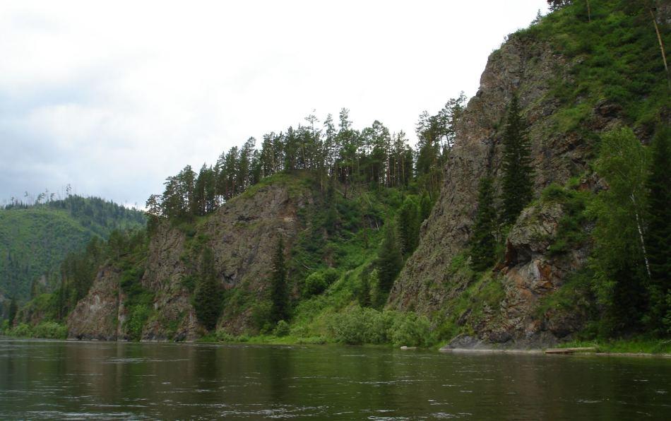 Обрывистый берег реки снится к препятствиям.