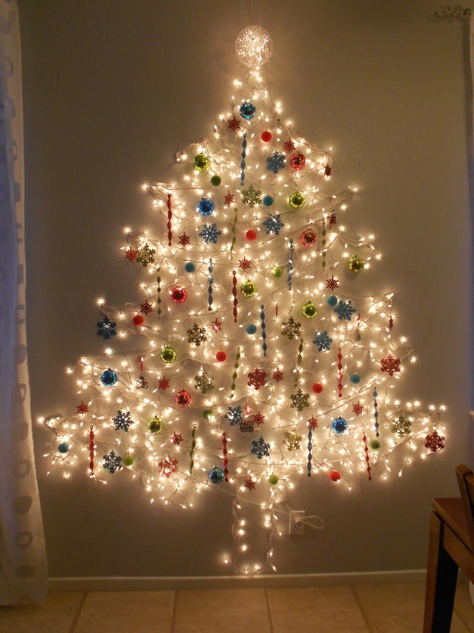 Красивое украшение елки белыми гирляндами