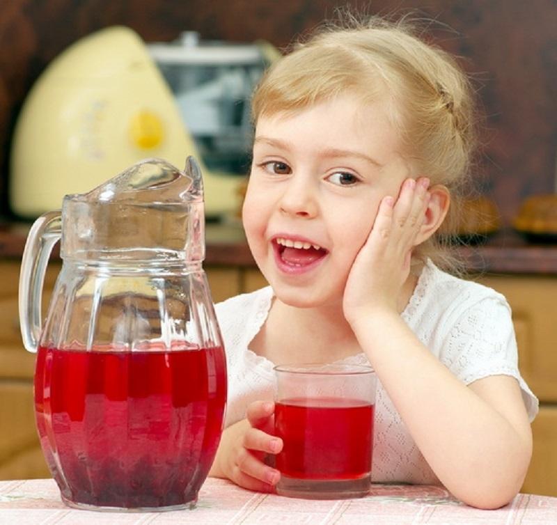 Компот из кураги и сушеных яблок рекомендуют к употреблению детям в детском саду