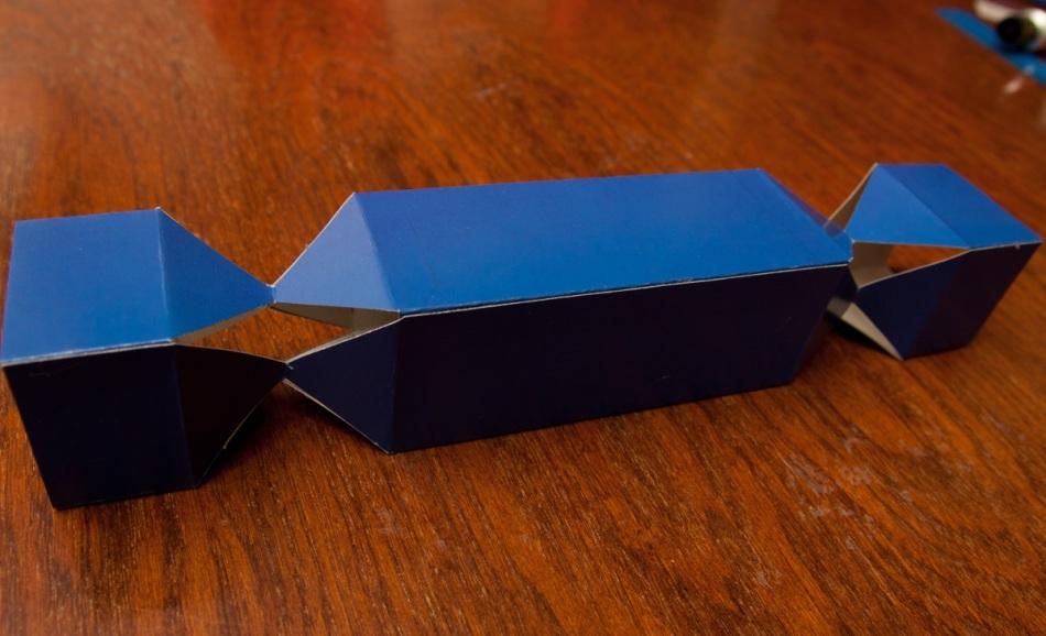 nuzhno-dozhdatsya-visihaniya-zagotovki-upakovki-dlya-konfet Коробка для конфет своими руками: делаем из бумаги и из картона