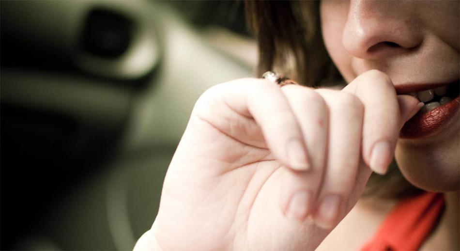 Чтобы перестать грызть ногти, намажьте пальцы горьким перцем