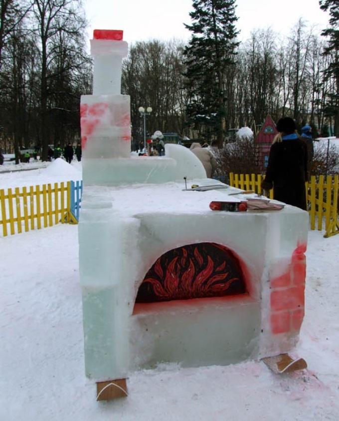 Русская печь из снега, поставлена на лыжи