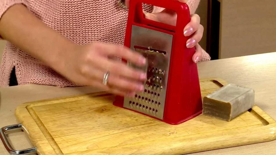 chtobi-sdelat-gel-nuzhno-nateret-milo-na-tyorke-i-razvesti-vodoi Хозяйственное мыло - полезные свойства и вред, применение в народной медицине и косметологии
