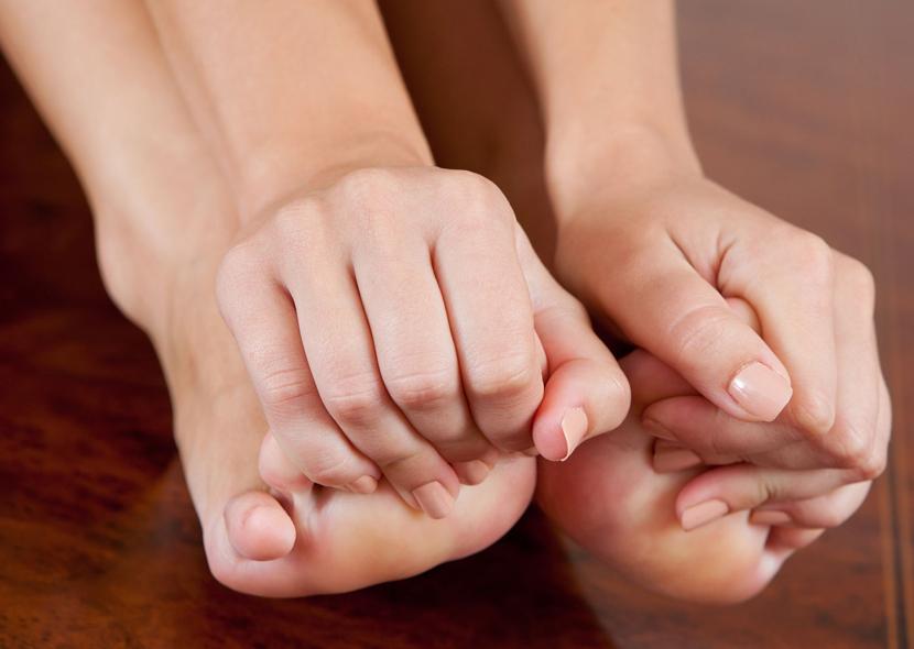 Смена обуви и массаж пальцев и стопы снимает парестезию
