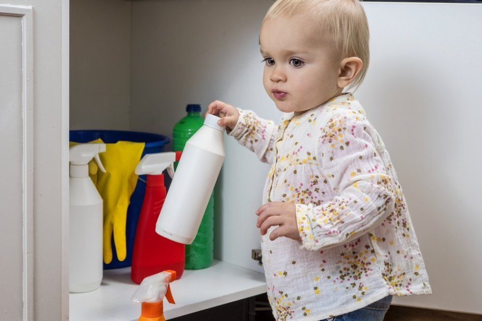 Держите химию в недоступных для детей местах.