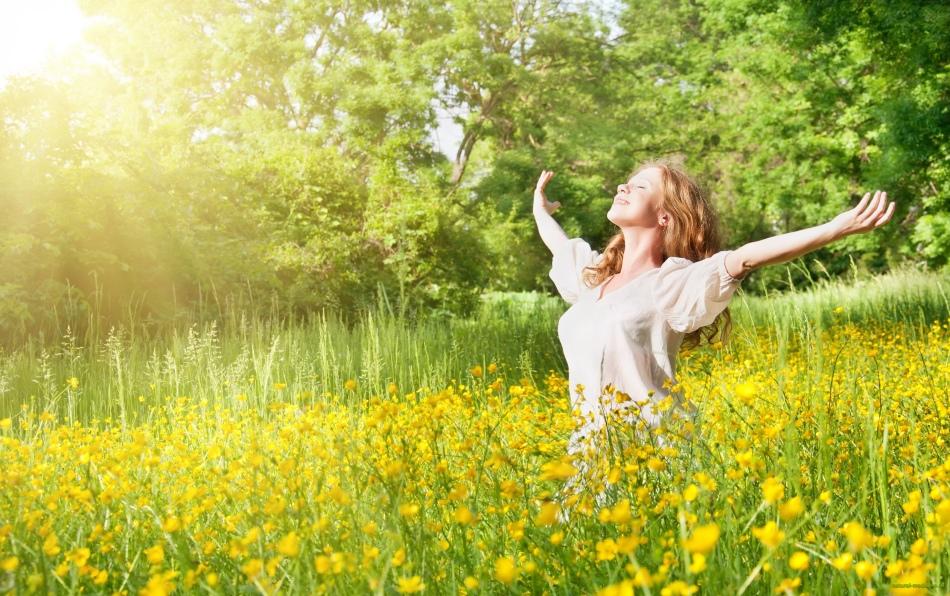 Девушка отдыхает под солнечными лучами на природе