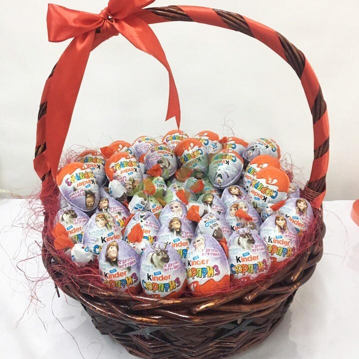 Корзина с любимыми сладостями станет запоминающимся подарком для девушки
