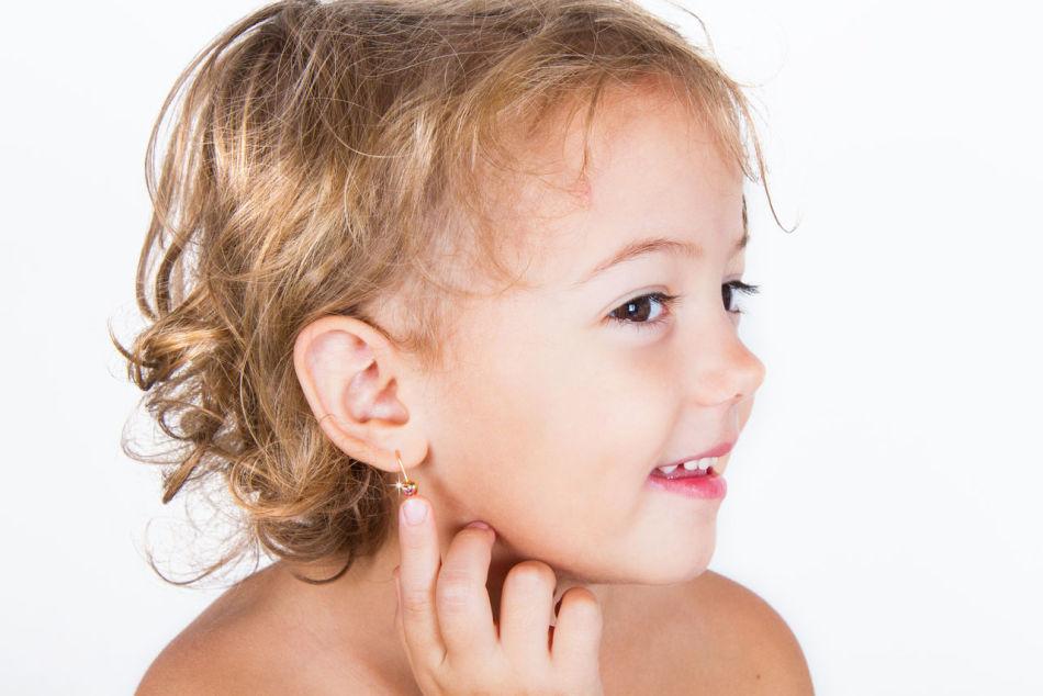 Несмотря на то, что девочкам прокалывают уши рано, как взрослым, чистить их нужно очень аккуратно, ведь детский организм нежен