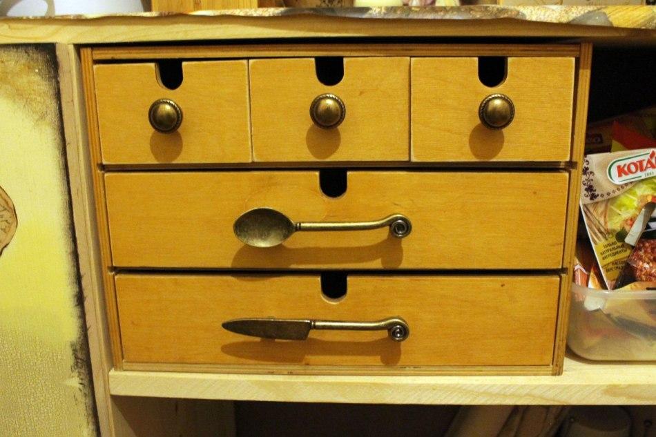 hranilishe-stolovih-priborov---horoshii-variant-dekupazha-kuhni Декупаж старого шкафа своими руками фото: кухонный мастер-класс, как сделать оформление двери шкафчика