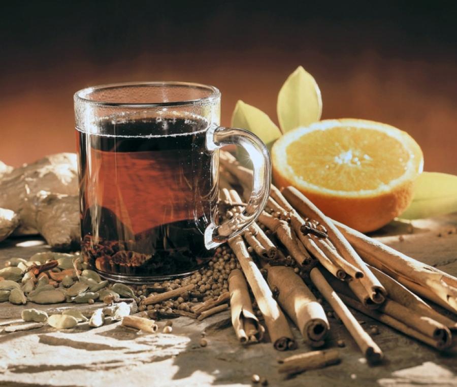 Желательно, чтобы кожура цитрусовых не плавала в алкогольном глинтвейне.