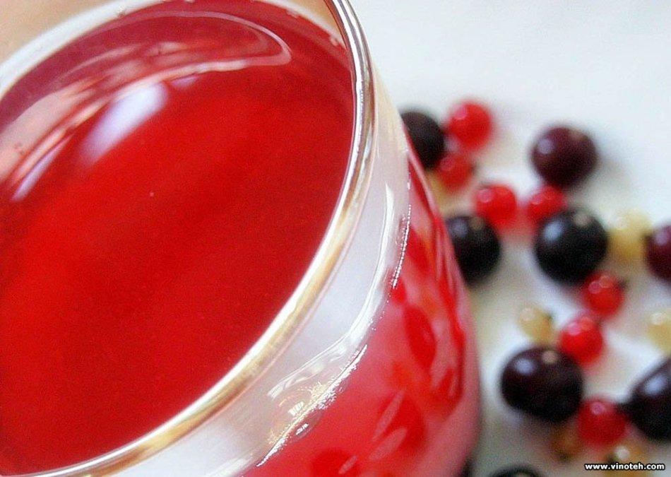 Бокал с сухим вином из красной и черной смородины