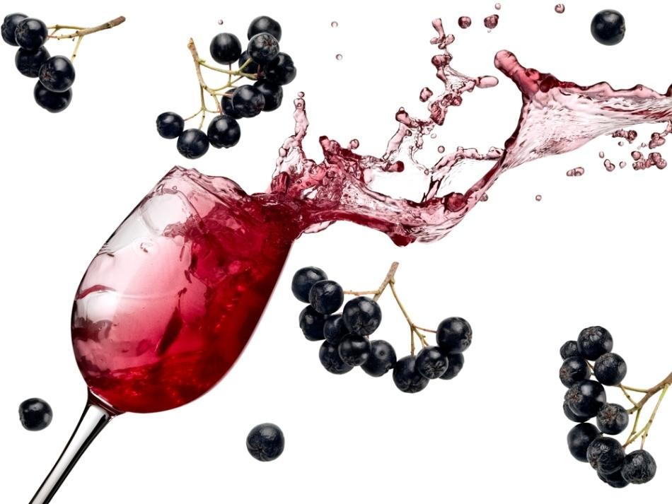 Бокал вина из черной смородины в полете