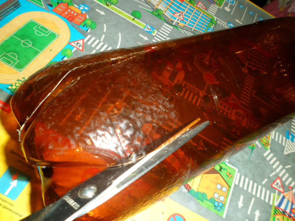 Для пальмы из пластиковых бутылок на бутылке для ствола нужно сделать разрезы