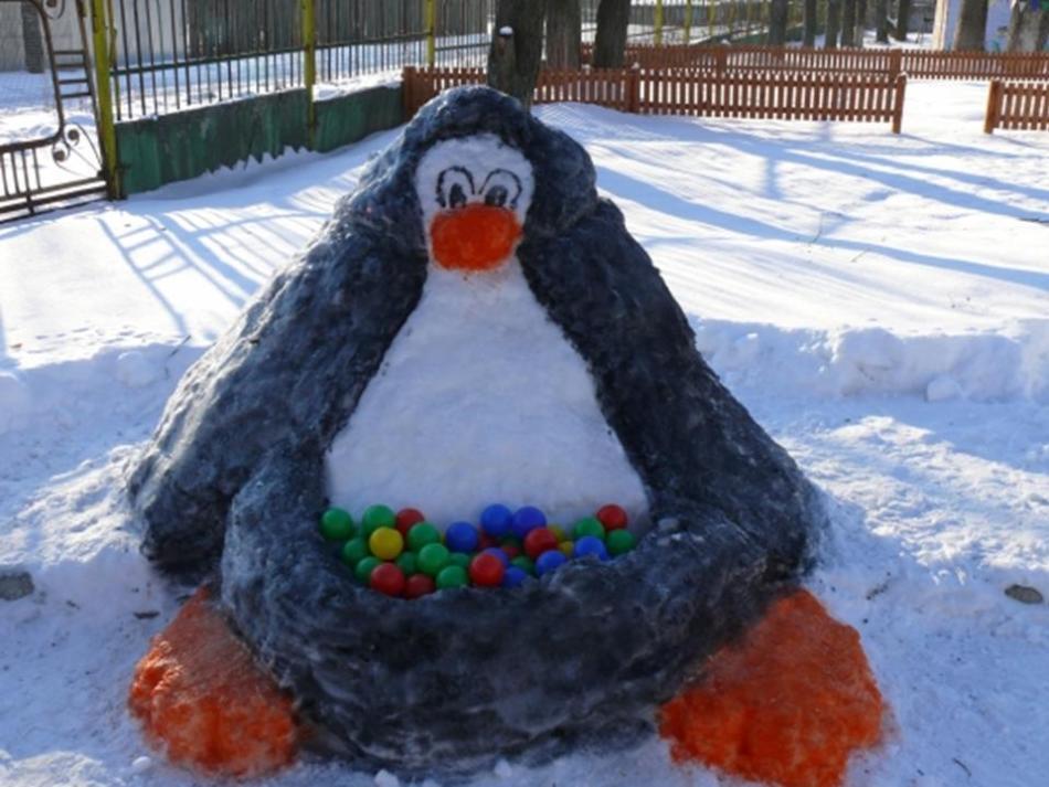 Веселый пингвин, слепленный из снега своими руками