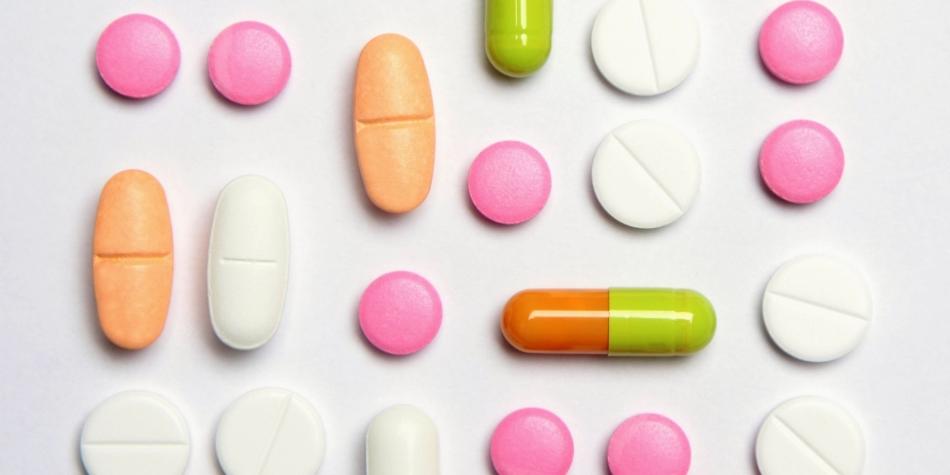 Таблетки и капсулы антидепрессантов разлодены на белом листе