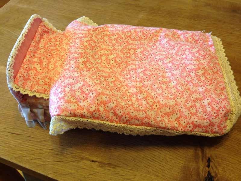 krovatka-iz-kartona-s-chehlom-iz-tkani Домик и мебель для кукол своими руками из картона: схема, выкройка, фото. Как сделать кровать, диван, шкаф, стол, стулья, кресло, кухню, холодильник, плиту, коляску для кукол из картона своими руками