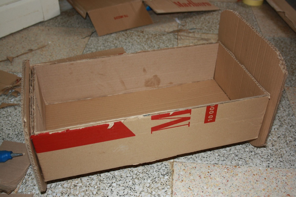 zagotovka-dlya-krovati-iz-kartona Домик и мебель для кукол своими руками из картона: схема, выкройка, фото. Как сделать кровать, диван, шкаф, стол, стулья, кресло, кухню, холодильник, плиту, коляску для кукол из картона своими руками