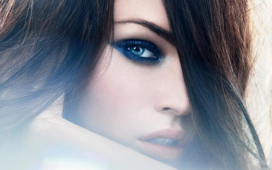 Темный цвет подчеркивает темные глаза