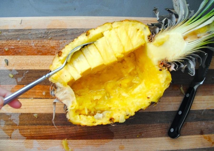 Салат с ананасами и кедровыми орешками насытит организм полезными соединениям