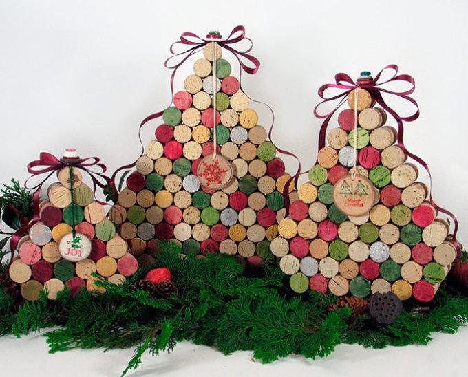 elochka-iz-vinnih-probok Необычная елка своими руками для конкурса для детей в детский сад, школу и для взрослых, на корпоратив: идеи, схемы, описание, фото. Как креативно сделать и назвать поделку — новогоднюю елку на конкурс: идеи, схемы, шаблоны, примеры названий, фото || Необычная новогодняя елка из дерева
