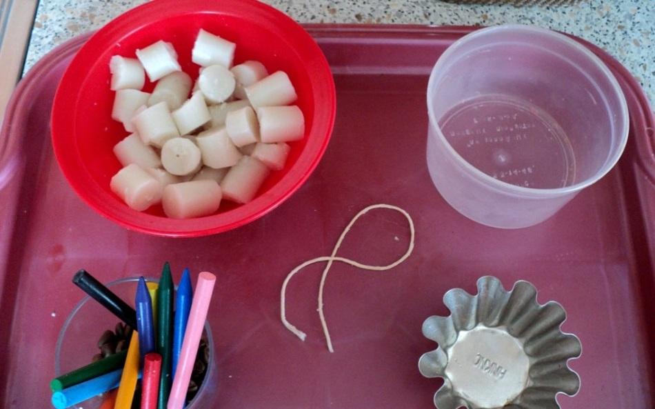 svechi-nuzhno-narezat-kuskami Свечи своими руками из восковых мелков в домашних условиях