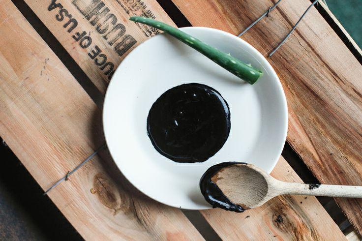 Угольная маска с алоэ и эфирными маслами не только очищает, но и питает проблемную кожу лица