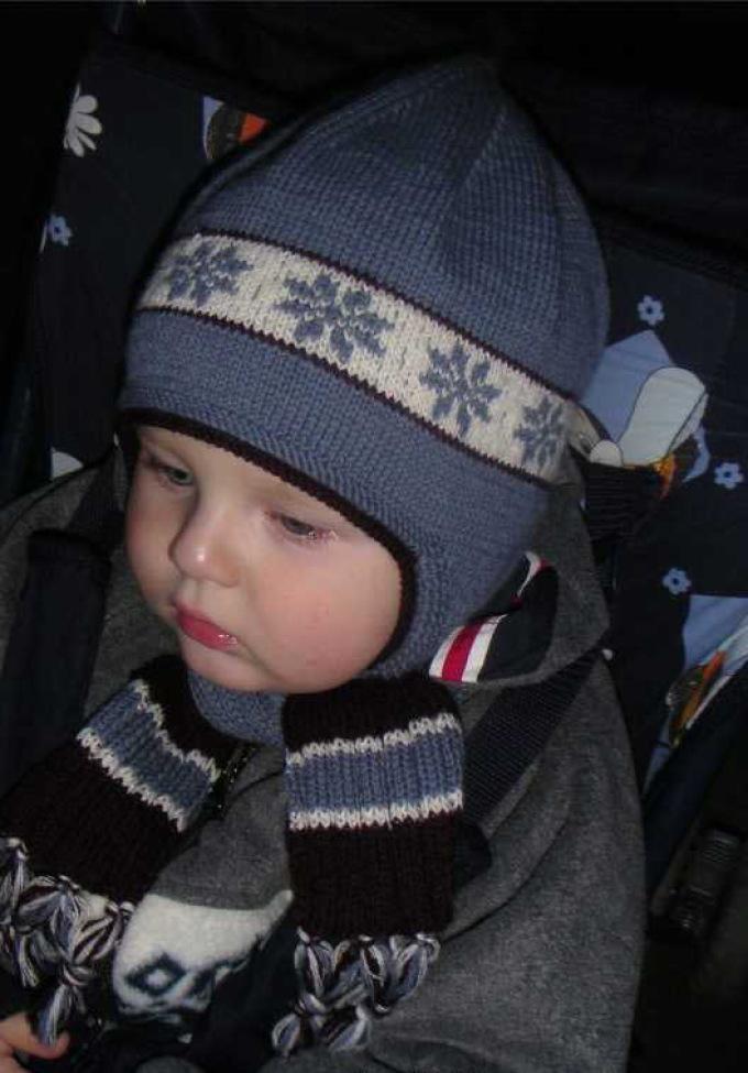 seraya-shapochka Шапка спицами для мальчика на весну, осень, зиму: описание и схема. Как связать детскую шапку для мальчика спицами шлем, ушанку, миньон, с шарфом?