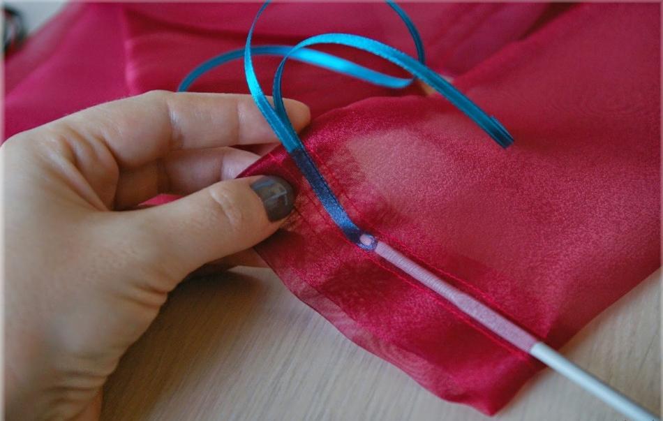 Процесс вдевания ленточек в мешочек-упаковку для конфет из органзы