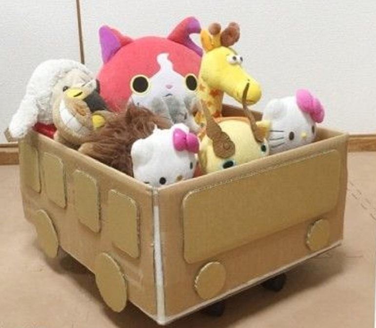 yashik-iz-kartona-dlya-igrushek Домик и мебель для кукол своими руками из картона: схема, выкройка, фото. Как сделать кровать, диван, шкаф, стол, стулья, кресло, кухню, холодильник, плиту, коляску для кукол из картона своими руками