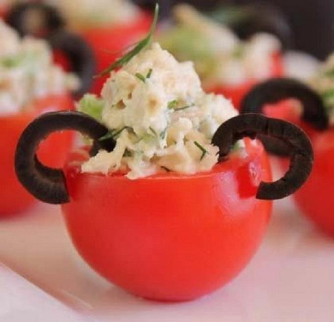 Фаршированные помидоры в виде микки мауса для детского меню